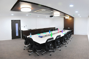 meeting-table-with-top-lighting